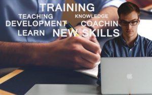 szkolenie mężczyzna przed komputerem